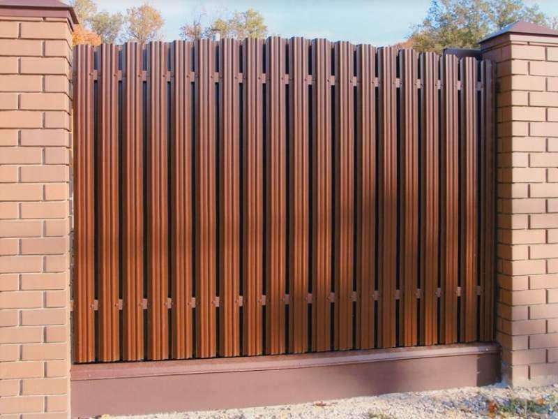 Металлический и деревянный штакетник